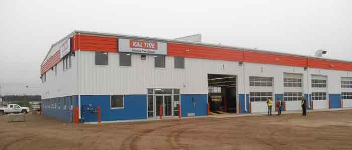 Kal Tire estableció una instalación nueva en Fort McKay para mantener los equipos utilizados para la explotación de arenas petrolíferas y los vehículos al servicio de dichas minas. Recuadro: Un Kal Kan se encuentra junto a una losa de hormigón diseñada especialmente para cambiar los neumáticos de los camiones de carga.