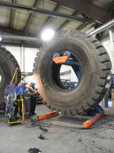 Técnicos de neumáticos realizando una inspección visual en el taller de Sparwood.