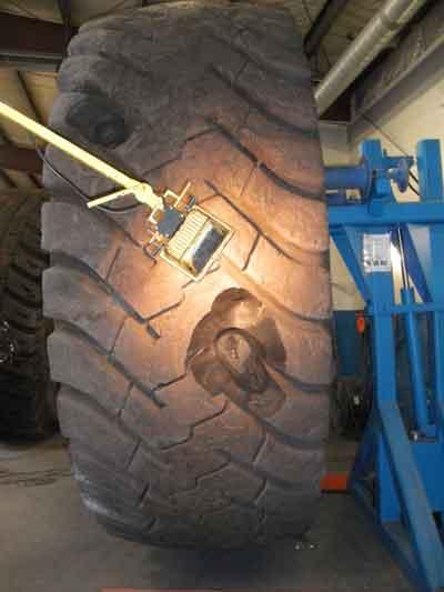Para realizar la reparación, la superficie de rodadura dañada es desbastada hasta los cordones.