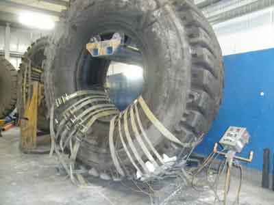 Un airbag y una manta térmica calienta el área de reparación a 140°C. El compuesto del neumático es considerado curado cuando alcanza 115°C, lo cual demora de ocho a 12 horas.