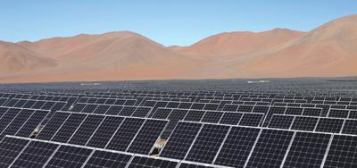 """La planta """"Amanecer Solar CAP"""" tiene una capacidad total instalada de 100MW, energía que corresponde al consumo anual de 125.000 hogares. El proyecto demandó una inversión de más de 250 millones de dólares y constituye un hito para el desarrollo futuro de las energías renovables en Chile y Latinoamérica."""