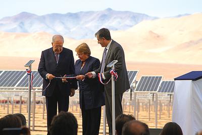 La ceremonia de inauguración contó con la presencia de la Presidenta de la República, Michelle Bachelet, acompañada por ejecutivos de Cerro Negro Norte y SunEdison.