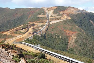 Un sistema de correa transportadora de 11 km de longitud, fabricada por RBL-REI para la mina de níquel Koniambo en Nueva Caledonia, cubre una ruta que incluye 11 curvas horizontales y 43 curvas verticales.