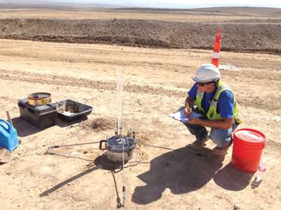 Un ingeniero realiza un ensayo de permeabilidad en un dique.