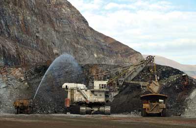 El transporte de mineral se realiza a través de camiones de alto tonelaje desde la mina hasta el chancador primario.