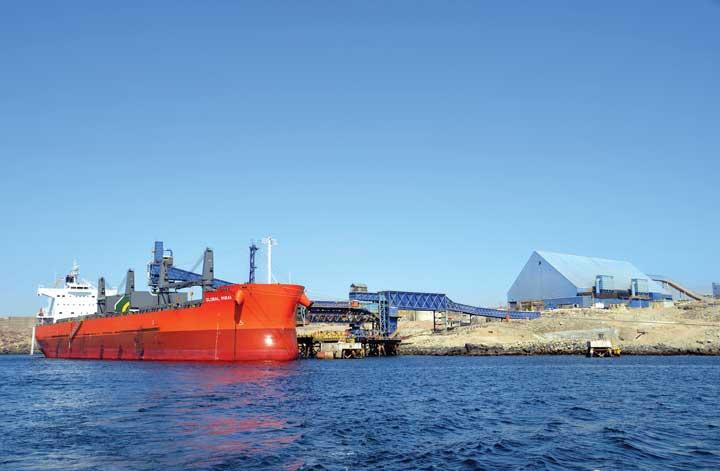 El concentrado de cobre finalmente llega a las instalaciones portuarias de Punta Padrones, en la bahía de Caldera.